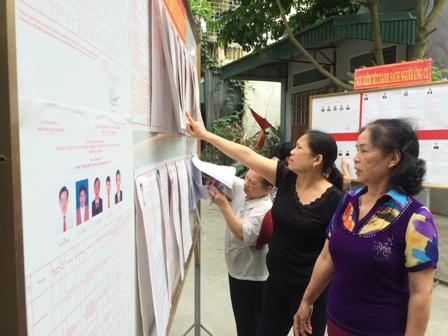 Hội viên, phụ nữ phố Tây Sơn 2, phường Thanh Bình, tp Ninh Bình tìm hiểu tiểu sử ứng cử viên đại biểu Quốc hội khóa XIV và đại biểu HĐND các cấp, nhiệm kỳ 2016-2021