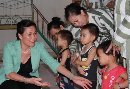 Phó Chủ tịch Hội LHPN Việt Nam Nguyễn Thị Tuyết thăm các nữ phạm nhân và con họ tại trại giam số 6, Thanh Chương, Nghệ An
