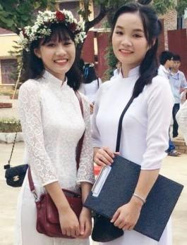 Hà Thị Hồng Nhung (bên phải) cùng bạn ngày tựu trường