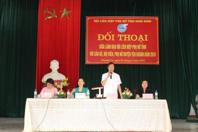 Đồng chí Bùi Văn Thi, UV BTV Tỉnh ủy, Bí thư Huyện ủy Yên Khánh trả lời câu hỏi của chị em.