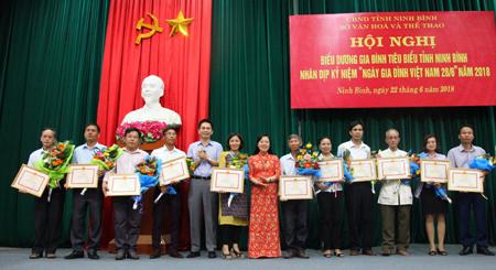 Biểu dương gia đình tiêu biểu tỉnh Ninh Bình năm 2018. Ảnh: Minh Quang