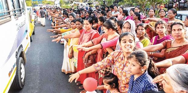 """Phụ nữ Ấn Độ cùng nhau tạo nên """"bức tường lịch sử"""""""