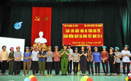 Đồng chí Đại tá Vũ Anh Thiều, Phó giám đốc Công an tỉnh và Đ/c Đào Thị Thu Hòa, Phó Chủ tịch Hội LHPN tỉnh trao tặng mũ bảo hiểm cho phụ nữ xã Khánh Tiên.