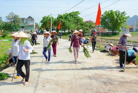 Hội viên phụ nữ Lạc Vân tham gia bảo vệ môi trường.